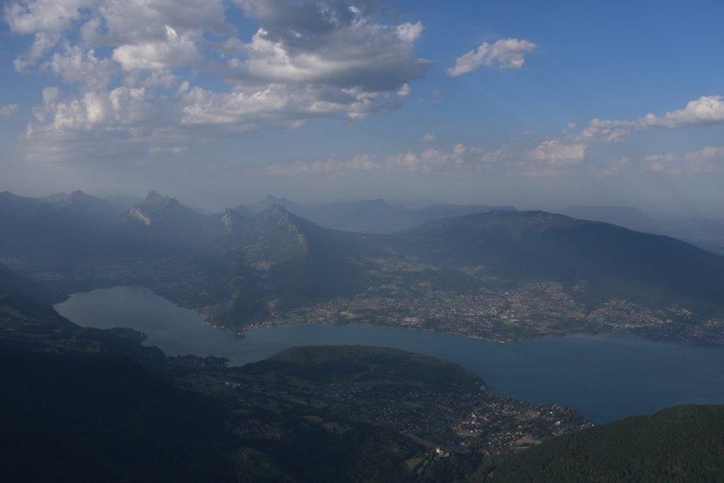 vue sur le lac d'annecy en montgolfiere